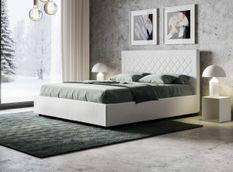 Lit 160x190 cm avec coffre et tête de lit blanche avec un motif en losange Karia
